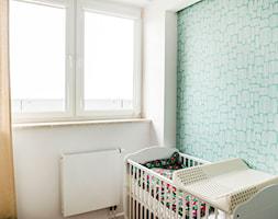 Grochowki Styl - Mały biały miętowy pokój dziecka dla chłopca dla dziewczynki dla niemowlaka, styl skandynawski - zdjęcie od EG projekt