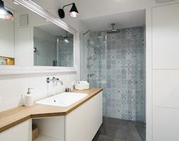 Saska Kępa na Gocławiu - Średnia biała kolorowa łazienka, styl skandynawski - zdjęcie od EG projekt