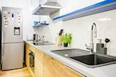 drewniane meble kuchenne, kuchnia w stylu skandynawskim, szary blat