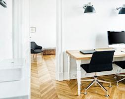 Francja na Powiślu - realizacja - Średnie białe biuro domowe w pokoju, styl eklektyczny - zdjęcie od EG projekt