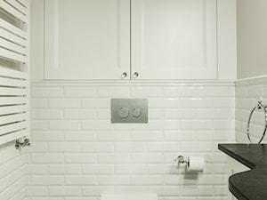 Elegancja na Powiślu - Mała biała beżowa łazienka, styl prowansalski - zdjęcie od EG projekt