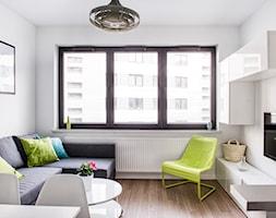 Miętowa kawalerka - Mały biały salon, styl nowoczesny - zdjęcie od EG projekt