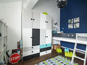 Eklektyczny Pruszków - Średni biały niebieski pokój dziecka dla chłopca dla malucha, styl eklektyczny - zdjęcie od EG projekt