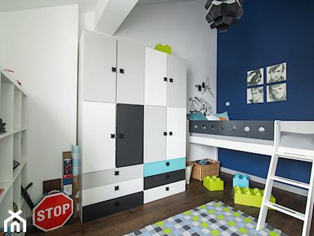 Aranżacje wnętrz - Pokój dziecka: Eklektyczny Pruszków - Średni biały niebieski pokój dziecka dla chłopca dla malucha, styl eklektyczny - EG projekt. Przeglądaj, dodawaj i zapisuj najlepsze zdjęcia, pomysły i inspiracje designerskie. W bazie mamy już prawie milion fotografii!