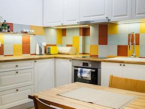 Retro Ochota - Duża zamknięta biała brązowa żółta kuchnia w kształcie litery l, styl vintage - zdjęcie od EG projekt
