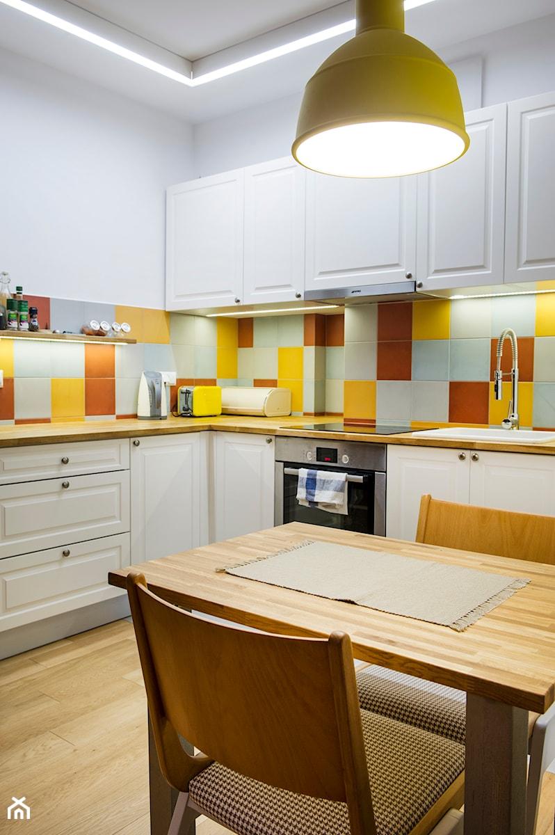 Aranżacje wnętrz - Kuchnia: Retro Ochota - Duża zamknięta biała brązowa żółta kuchnia w kształcie litery l, styl vintage - EG projekt. Przeglądaj, dodawaj i zapisuj najlepsze zdjęcia, pomysły i inspiracje designerskie. W bazie mamy już prawie milion fotografii!