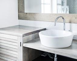 Lekkość Prowansji - Mała biała łazienka z oknem, styl prowansalski - zdjęcie od EG projekt