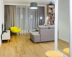 Retro Ochota - Średni biały salon z bibiloteczką, styl vintage - zdjęcie od EG projekt