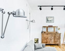 Francja na Powiślu - realizacja - Mały biały salon z barkiem, styl eklektyczny - zdjęcie od EG projekt