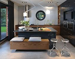 Duża otwarta biała kuchnia w kształcie litery l z wyspą, styl industrialny - zdjęcie od Rajek Projektowanie Wnętrz