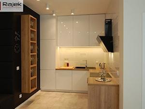 Mieszkanie w Warszawie Styl Nowoczesny - Mała otwarta czarna kuchnia w kształcie litery l w aneksie, styl nowoczesny - zdjęcie od Rajek Projektowanie Wnętrz