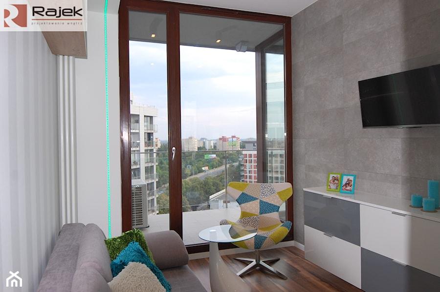 Mieszkanie w Warszawie Styl Nowoczesny - Mała biała sypialnia dla gości małżeńska z balkonem / tarasem, styl nowoczesny - zdjęcie od Rajek Projektowanie Wnętrz