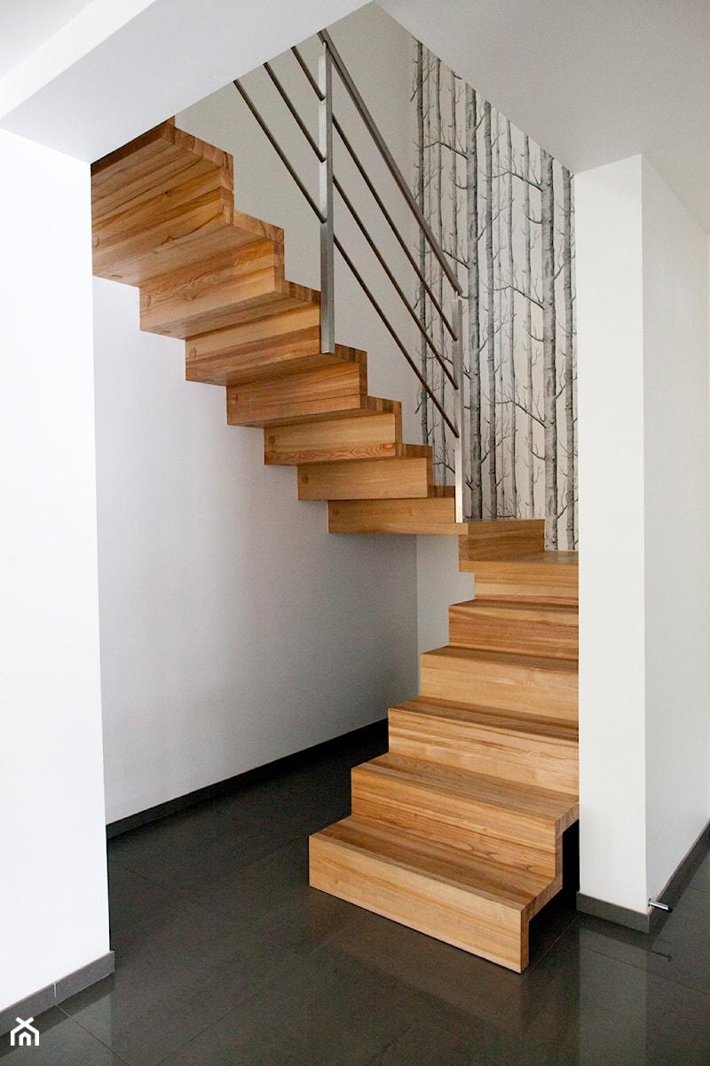 Dom jednorodzinny 1 - wnętrza - Małe wąskie schody zabiegowe drewniane, styl minimalistyczny - zdjęcie od Joanna Kłusak Architekt