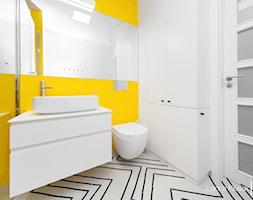Łazienka 2 - Mała biała żółta łazienka na poddaszu w bloku w domu jednorodzinnym bez okna, styl nowoczesny - zdjęcie od Joanna Kłusak Architekt