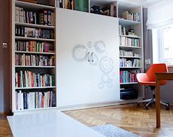 Regał - Mały salon z bibiloteczką, styl nowoczesny - zdjęcie od Joanna Kłusak Architekt