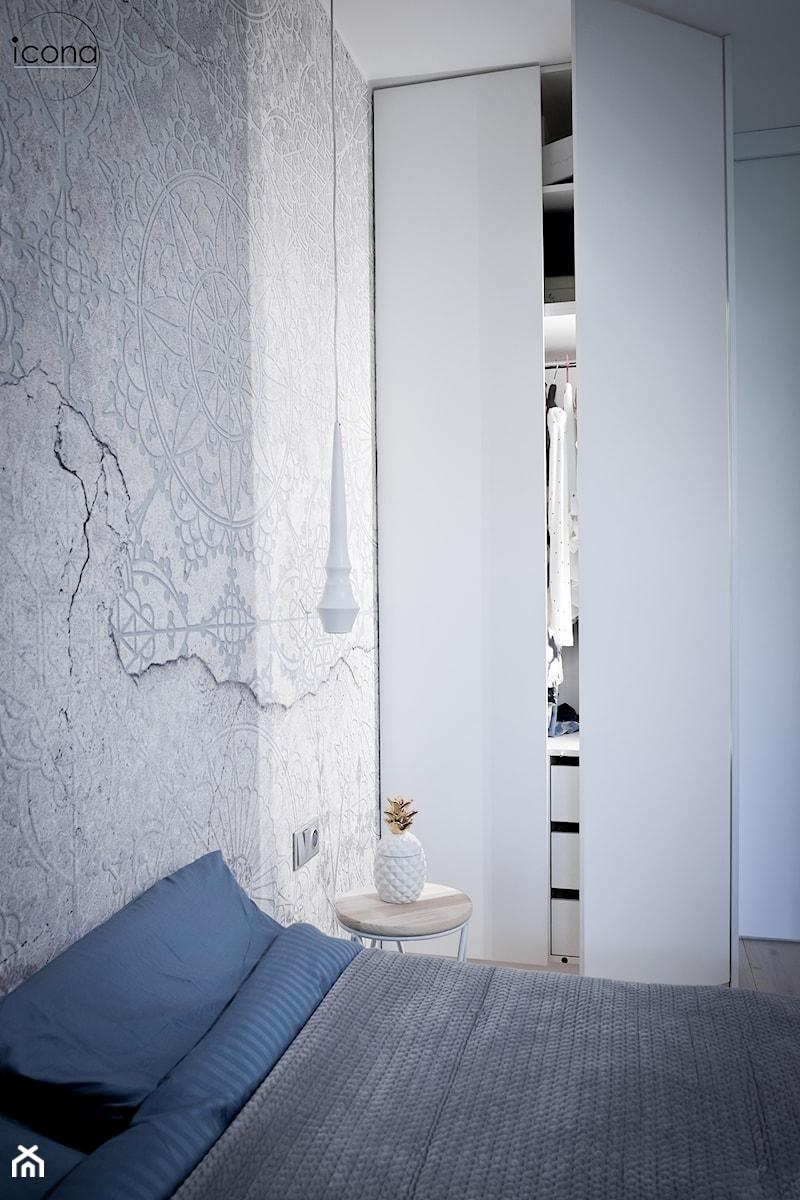 Metamorfoza mieszkania w Piasecznie - Mała szara sypialnia małżeńska, styl nowoczesny - zdjęcie od Icona Studio