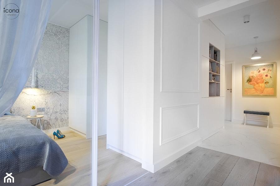 Metamorfoza mieszkania w Piasecznie - Mały biały hol / przedpokój, styl eklektyczny - zdjęcie od Icona Studio