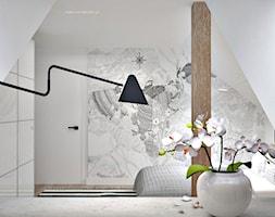 Poddasze w Głoskowie - Średnia biała sypialnia małżeńska na poddaszu, styl skandynawski - zdjęcie od Icona Studio