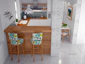 Kuchnia skandynawska - metamorfoza - Mała otwarta biała kolorowa kuchnia w kształcie litery u w aneksie, styl skandynawski - zdjęcie od Icona Studio