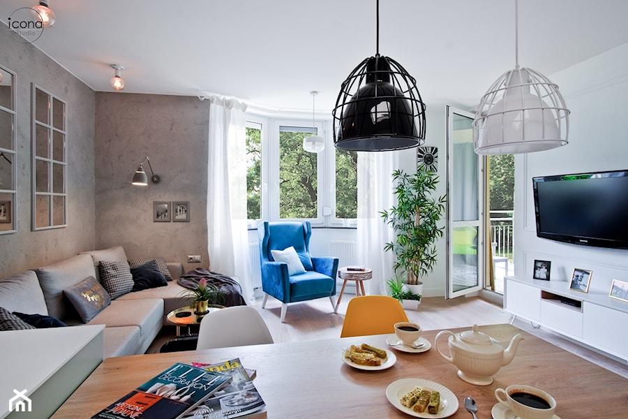 Metamorfoza mieszkania w Piasecznie - Średni biały salon z jadalnią z tarasem / balkonem, styl eklektyczny - zdjęcie od Icona Studio