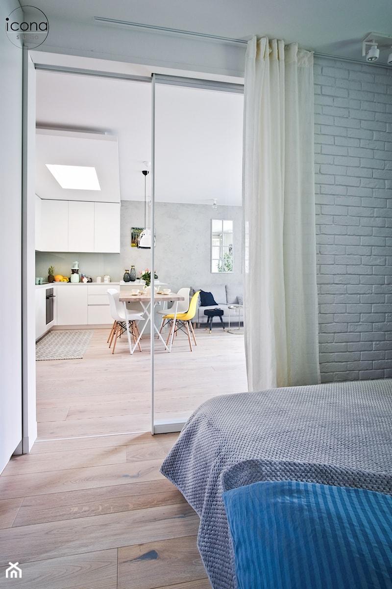 Metamorfoza mieszkania w Piasecznie - Średnia szara sypialnia małżeńska, styl eklektyczny - zdjęcie od Icona Studio