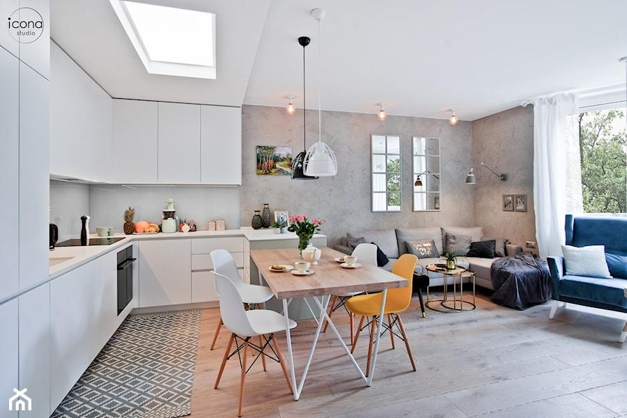 Metamorfoza mieszkania w Piasecznie - Średni salon z kuchnią z jadalnią z tarasem / balkonem, styl eklektyczny - zdjęcie od Icona Studio