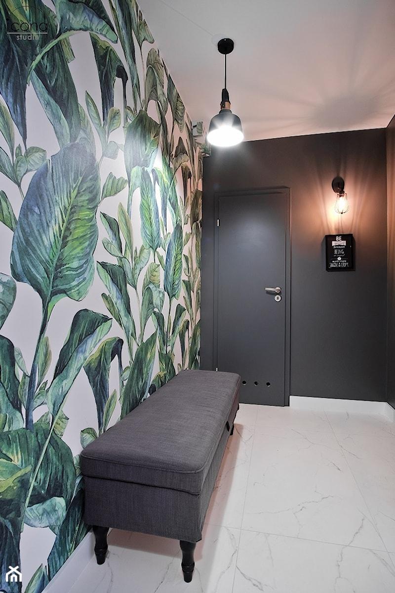 Metamorfoza mieszkania w Piasecznie - Średni czarny hol / przedpokój, styl eklektyczny - zdjęcie od Icona Studio