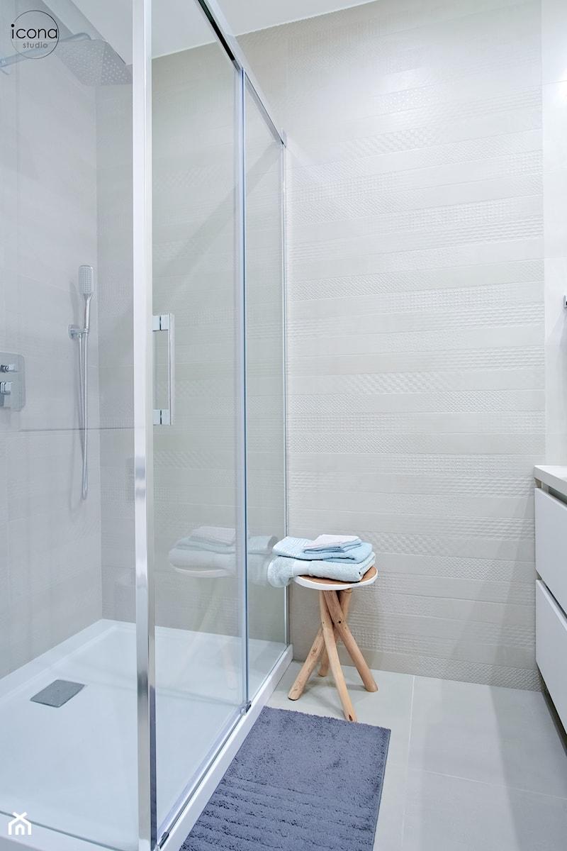 Metamorfoza mieszkania w Piasecznie - Mała biała łazienka w bloku w domu jednorodzinnym bez okna, styl nowoczesny - zdjęcie od Icona Studio