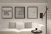 biała sofa, czarny stolik, czarno-białe grafiki dekoracyjne, poduszka w paski, poduszka w kropki, ściana w szare pasy