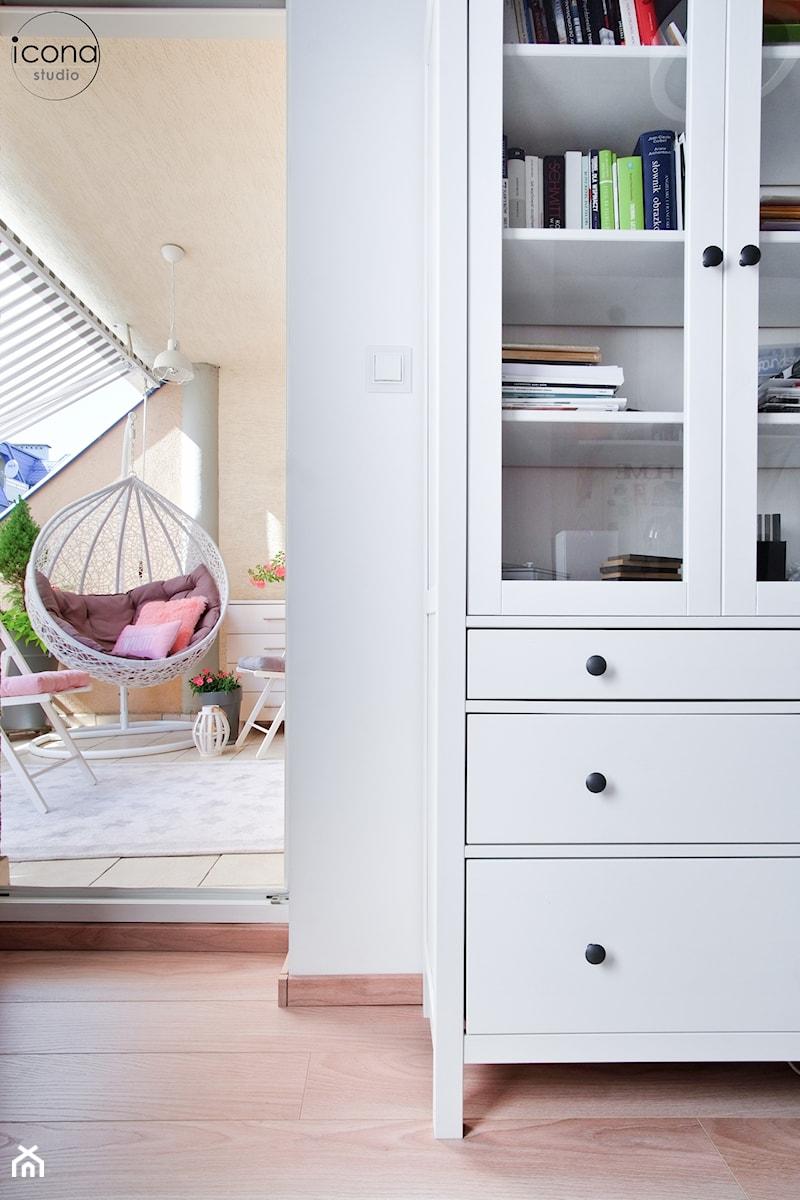 Metamorfoza mieszkania w Piasecznie - Średnie beżowe biuro domowe w pokoju, styl skandynawski - zdjęcie od Icona Studio