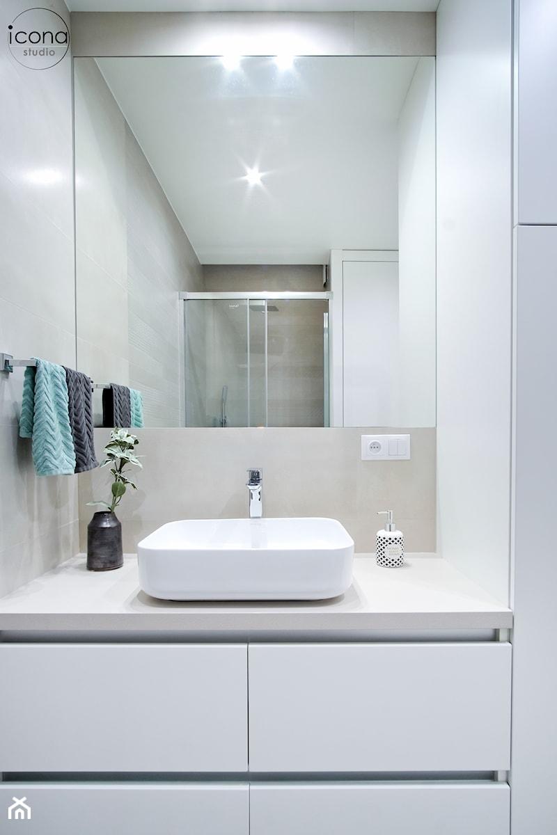 Metamorfoza mieszkania w Piasecznie - Biała łazienka w bloku w domu jednorodzinnym bez okna, styl nowoczesny - zdjęcie od Icona Studio