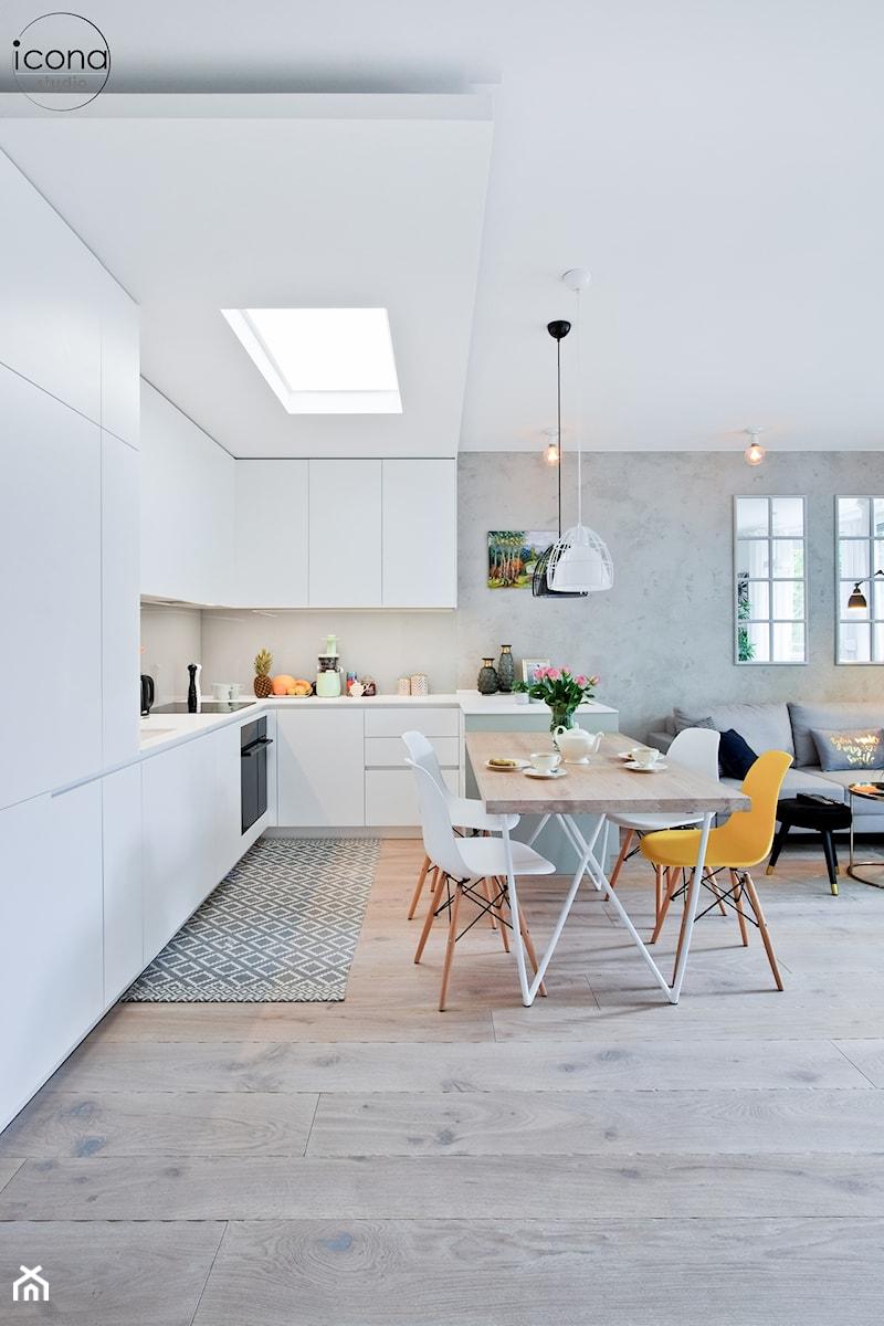Metamorfoza mieszkania w Piasecznie - Duża szara jadalnia w kuchni w salonie, styl eklektyczny - zdjęcie od Icona Studio