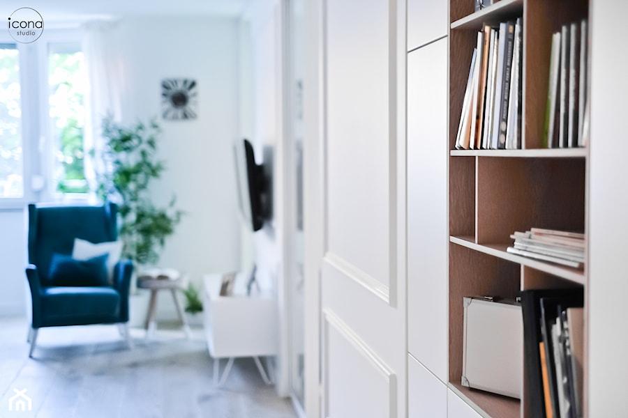 Metamorfoza mieszkania w Piasecznie - Biały salon z bibiloteczką, styl eklektyczny - zdjęcie od Icona Studio