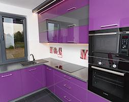 Fiolet i grafit w kuchni. - Średnia otwarta zamknięta biała kuchnia w kształcie litery l z oknem, styl nowoczesny - zdjęcie od Meble na wymiar Kulenty