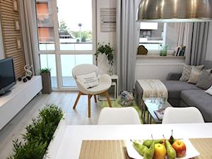 Przytulnie, nowocześnie, klimatycznie - Mały szary salon z jadalnią z tarasem / balkonem, styl nowoczesny - zdjęcie od MK HOME