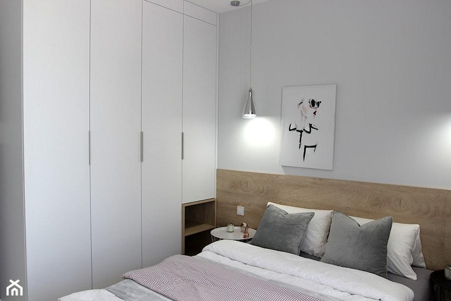Aranżacje wnętrz - Sypialnia: Przytulnie, nowocześnie, klimatycznie - Mała biała sypialnia małżeńska, styl nowoczesny - MK HOME. Przeglądaj, dodawaj i zapisuj najlepsze zdjęcia, pomysły i inspiracje designerskie. W bazie mamy już prawie milion fotografii!