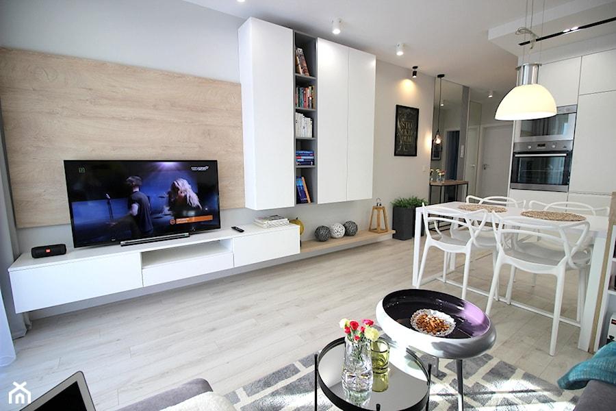 Rodzinne gniazdko, eleganckie i komfortowe - Średni biały salon z kuchnią z jadalnią, styl nowoczesny - zdjęcie od MK HOME