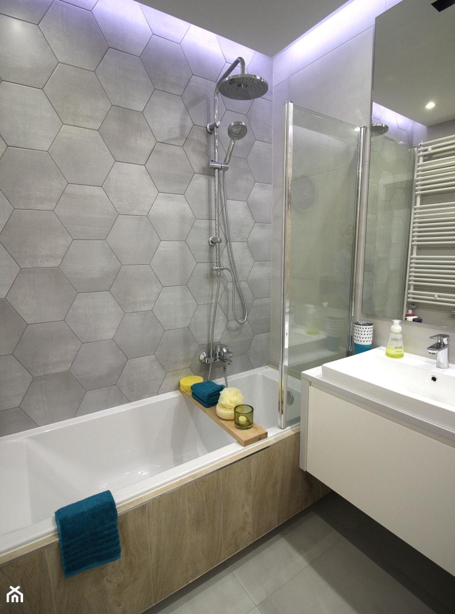 Rodzinne gniazdko, eleganckie i komfortowe - Średnia łazienka w bloku w domu jednorodzinnym bez okna, styl nowoczesny - zdjęcie od MK HOME