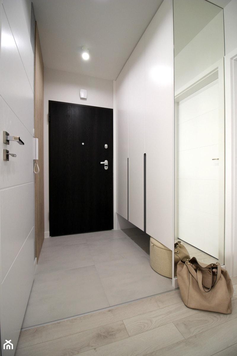 Rodzinne gniazdko, eleganckie i komfortowe - Średni biały hol / przedpokój, styl nowoczesny - zdjęcie od MK HOME