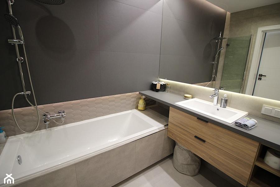 łazienka z wanną i parawanem nawannowym - zdjęcie od MK HOME