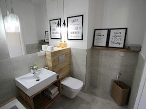 nowoczesnie, elegancko z klasą, szarosci ocieplone drewnem - Średnia biała szara łazienka w bloku bez okna, styl nowoczesny - zdjęcie od MK HOME