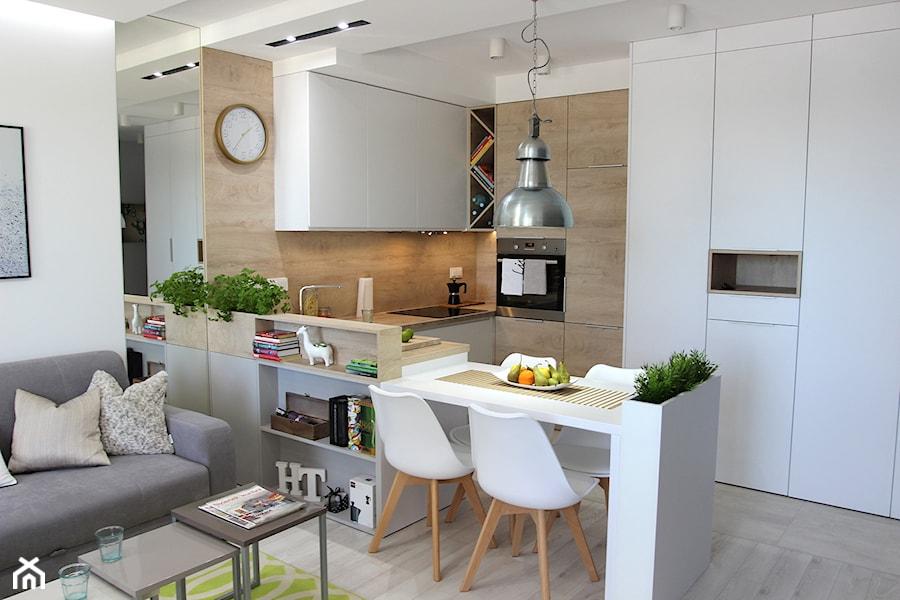 Przytulnie, nowocześnie, klimatycznie - Średnia otwarta wąska biała kuchnia w kształcie litery u w aneksie, styl nowoczesny - zdjęcie od MK HOME