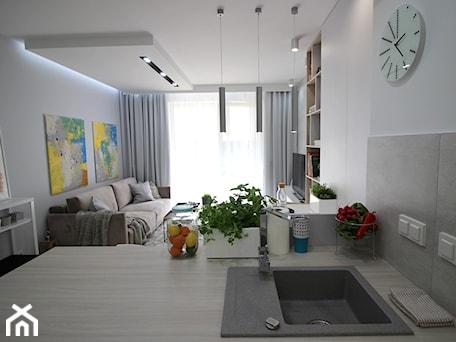 Aranżacje wnętrz - Salon: Eleganckie, nowoczesne, jasne mieszkanie w apartamentowcu - Średni biały salon z bibiloteczką z kuchnią z tarasem / balkonem, styl nowoczesny - MK HOME. Przeglądaj, dodawaj i zapisuj najlepsze zdjęcia, pomysły i inspiracje designerskie. W bazie mamy już prawie milion fotografii!