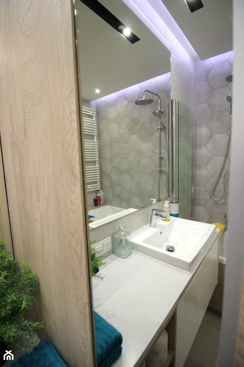 Rodzinne gniazdko, eleganckie i komfortowe - Mała biała łazienka w bloku w domu jednorodzinnym bez okna, styl nowoczesny - zdjęcie od MK HOME