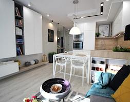 Rodzinne gniazdko, eleganckie i komfortowe - Biała beżowa kuchnia w kształcie litery u w aneksie z wyspą, styl nowoczesny - zdjęcie od MK HOME