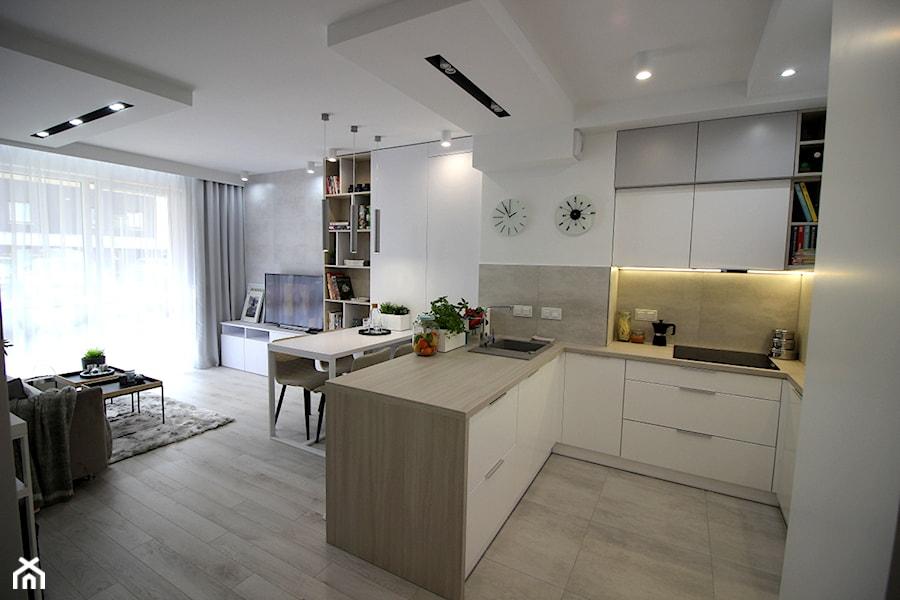 Aranżacje wnętrz - Kuchnia: Eleganckie, nowoczesne, jasne mieszkanie w apartamentowcu - Średnia otwarta biała kuchnia w kształcie litery u w aneksie, styl nowoczesny - MK HOME. Przeglądaj, dodawaj i zapisuj najlepsze zdjęcia, pomysły i inspiracje designerskie. W bazie mamy już prawie milion fotografii!