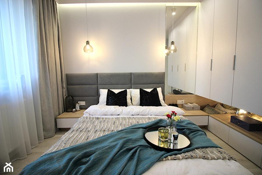 Rodzinne gniazdko, eleganckie i komfortowe - Średnia biała sypialnia małżeńska, styl nowoczesny - zdjęcie od MK HOME