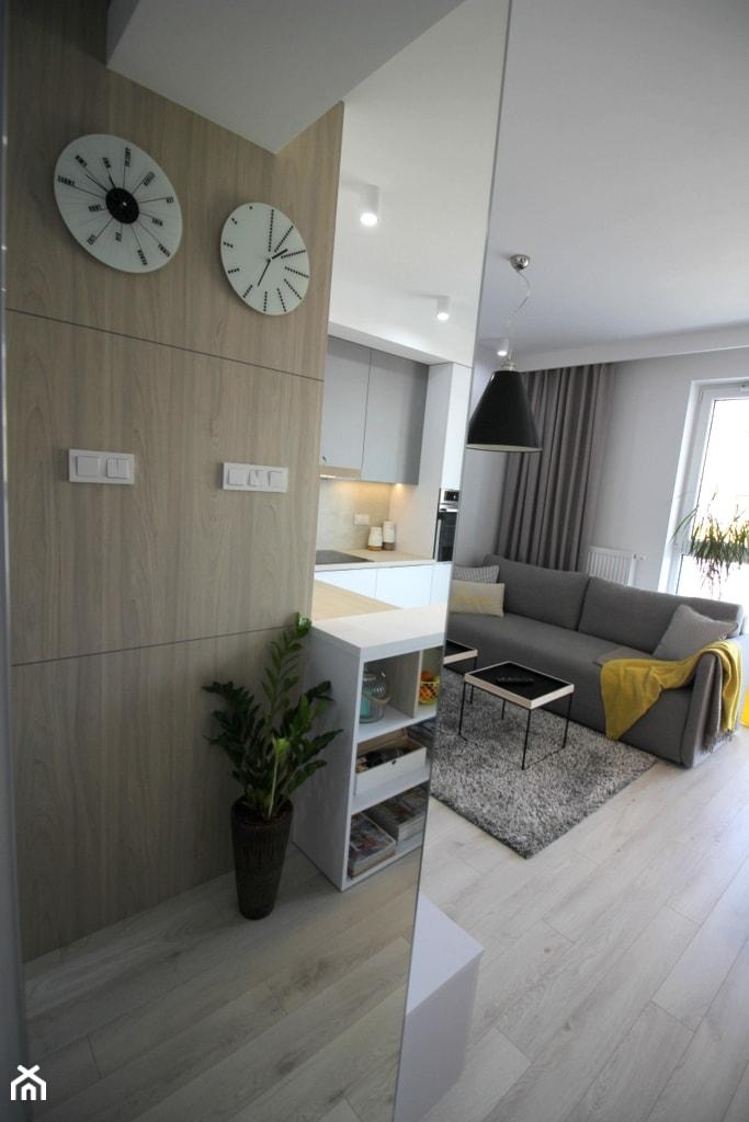 nowoczesnie, elegancko z klasą, szarosci ocieplone drewnem - Biały salon z kuchnią, styl nowoczesny - zdjęcie od MK HOME - Homebook