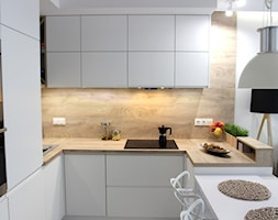 Rodzinne gniazdko, eleganckie i komfortowe - Mała biała beżowa kuchnia w kształcie litery u w aneksie z wyspą, styl nowoczesny - zdjęcie od MK HOME