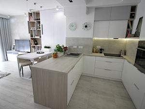 Eleganckie, nowoczesne, jasne mieszkanie w apartamentowcu - Średnia biała szara kuchnia w kształcie litery u w aneksie z wyspą, styl nowoczesny - zdjęcie od MK HOME
